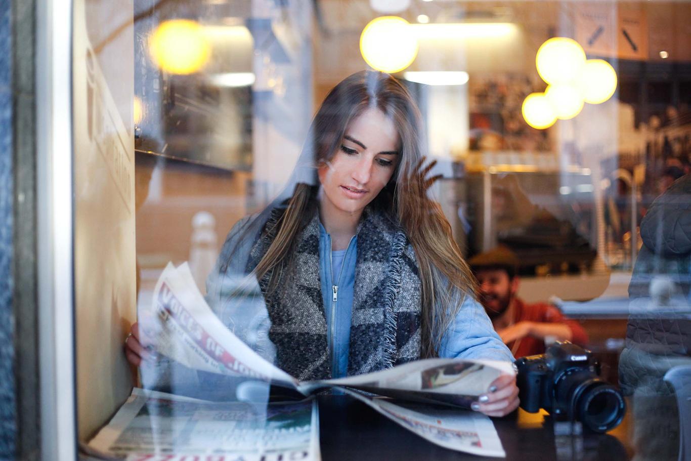 Estudiante leyendo las noticias